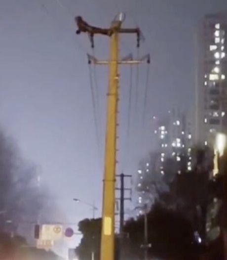 Man in China doet sit-ups op elektriciteitspaal: tienduizenden mensen zonder stroom