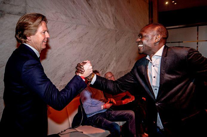 Feyenoord-directeur Jan de Jong begroet de legendarische oud-Feyenoord-spits Mike Obiku in De Doelen.