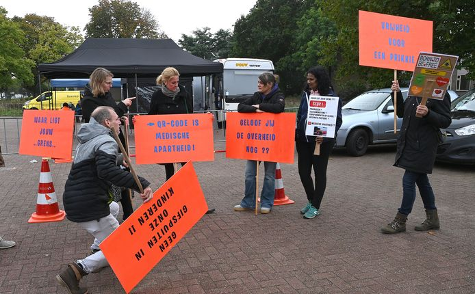De demonstratie van een handjevol anti-vaxxers op de eerste dag dat de prikbus in Boxmeer stond.