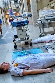 Een protestlied, yoga en spandoeken: zo voerde personeel van het Albert Schweitzer ziekenhuis actie