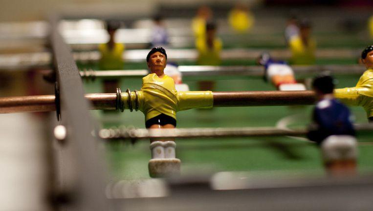 Zelfs de voetbaltafel kan niet zonder gele tape Beeld Ronald Veldhuizen