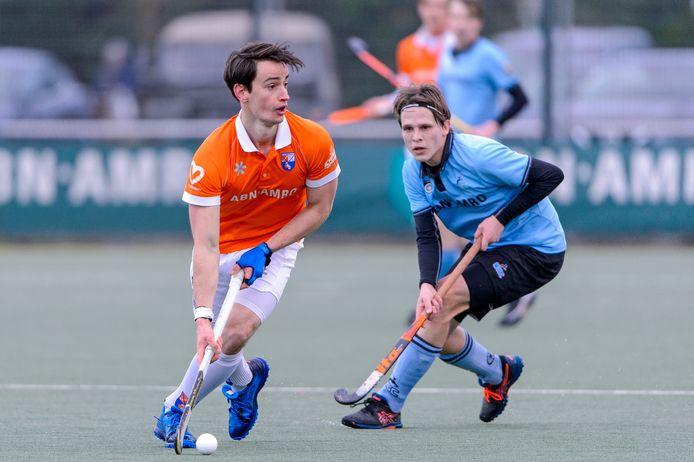 Bloemendaal-speler Tim Swaen (links) eerder dit seizoen in duel met HGC-speler Pelle Vos.