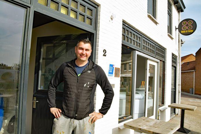Mike van den Heuvel aan de Markt in Biervliet, bij de toegang tot wat bistro Lafayette moet worden, frituur Hans & Frietje erachter is al bijna klaar voor de opening 19 april.