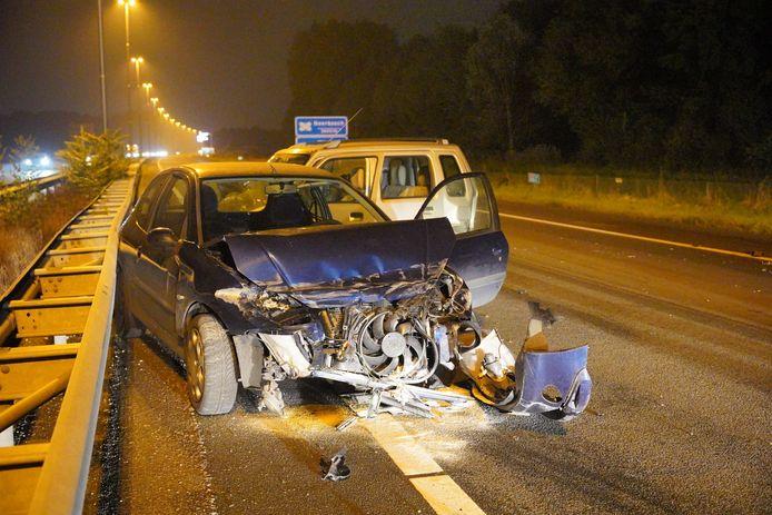 Bij een ongeluk op de A73 bij Nijmegen zijn zaterdagavond vijf auto's flink beschadigd. Eén persoon raakte gewond.