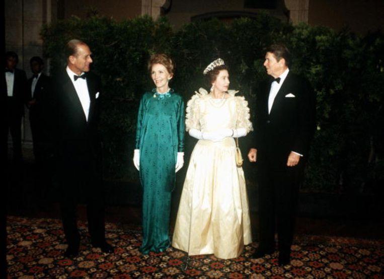 Koningin Elizabeth II en Prins Philip met Ronald Reagan en zijn vrouw Nancy bij een banket ter ere van het bezoek van Elizabeth aan de VS in 1983. Beeld Tim Graham Photo Library via Get