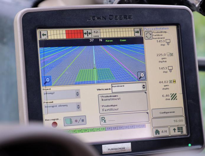 Scherm van een gps-systeem in de cabine van een trekker.