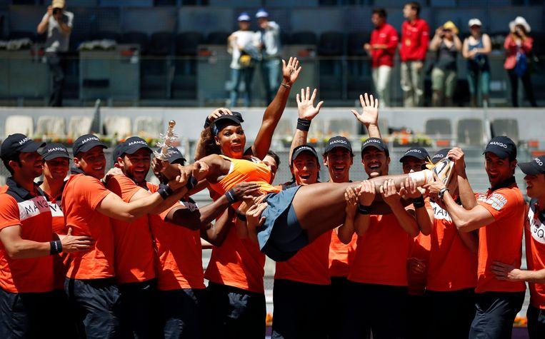 In 2013 won Serena nog de Madrid Open en werd ze door de ballenjongens de lucht ingestoken. Beeld REUTERS