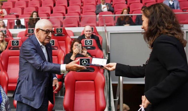 Salo Muller ontving de onderscheiding uit handen van burgemeester Femke Halsema. Beeld Tony Perez