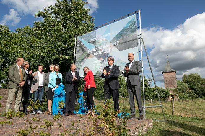 Onder leiding van Wim van de Donk Commisaris van de Koning werd de aftrap gegeven tot het Van Gogh Nationaal Park en de Landschapstrienale bij het Duijfhuis in Kasteren.