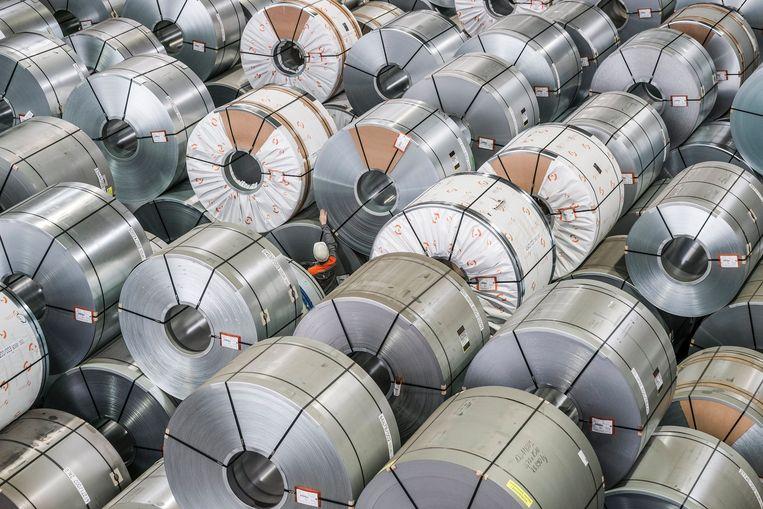 Een medewerker steekt klein af tegen de grote rollen staal in een fabriek in het Duitse Salzgitter. De toenmalige Amerikaanse president Donald Trump trof de Europese staalindustrie in 2018 met handelssancties.  Beeld EPA