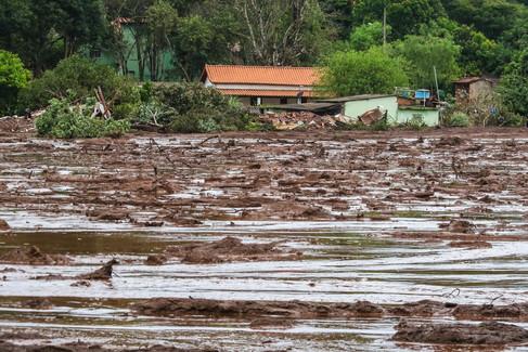 Foto van Honderden bedolven onder modderstroom na dambreuk in Brazilië