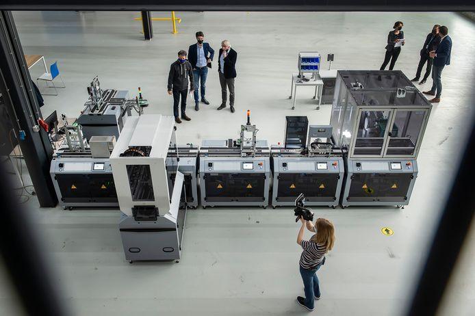 De fabriek van de toekomst bestaat uit een aantal modules die aan elkaar geschakeld bijna elke handeling kunnen uitvoeren, zonder dat er een mens aan te pas komt. In deze opstelling worden telefoontjes in elkaar gezet.