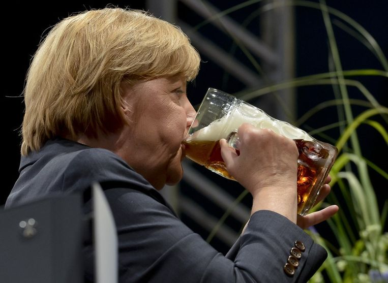 Merkel aan het bier op de verkiezingsbijeenkomst van de CSU. Beeld AFP