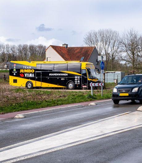 Wat doet bus van 's werelds beste wielerploeg in een boomgaard bij Leuth?