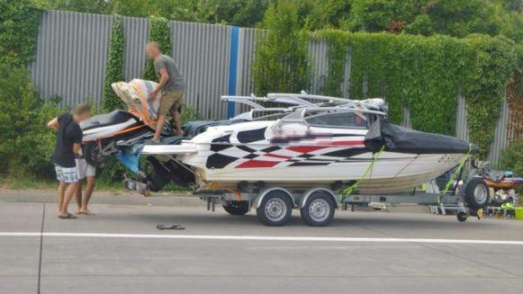 Hun boot moesten ze achterlaten omdat de aanhangwagen te klein was voor het gevaarte.