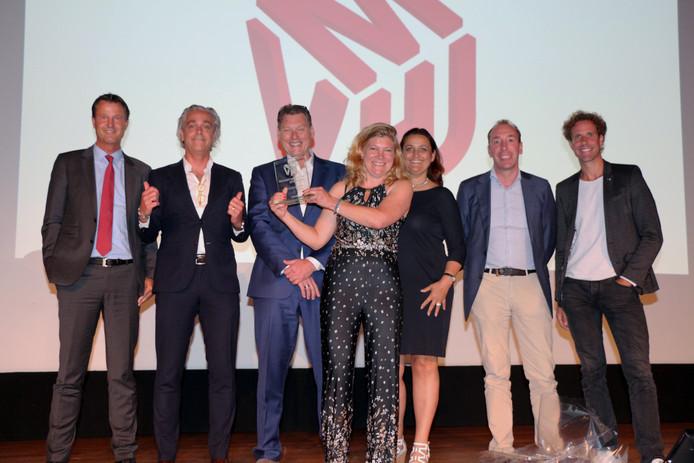 Verkiezing Manager van het Jaar 2018, met links juryvoorzitter Rob Rijbroek en in het midden winnares Karen Griep.