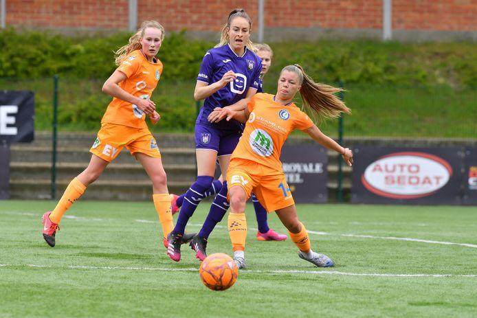 In de partij bij Anderlecht hadden Tessa Wullaert (Anderlecht) en Lyndsey Van Belle (Gent) met elkaar de handen vol.