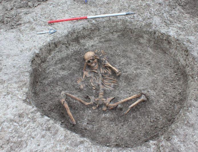 Bij een van de skeletten waren de voeten afgehakt en aan het hoofd geplaatst.