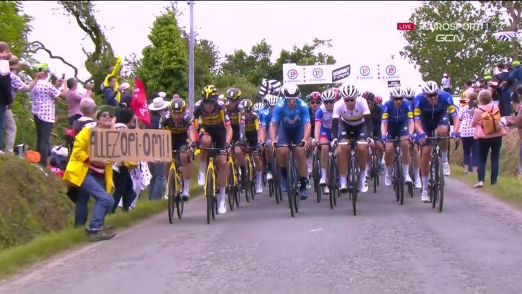 Het moment vlak voordat de Duitse wielrenner tegen het bord met 'Hup Opa Oma' aanrijdt. Beeld Still / screenshot Eurosport