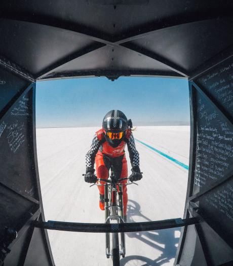 Deze vrouw fietste 295 km/u achter een racewagen