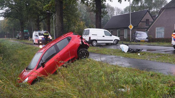 Vier auto's zijn tegen elkaar gebotst bij Teuge.