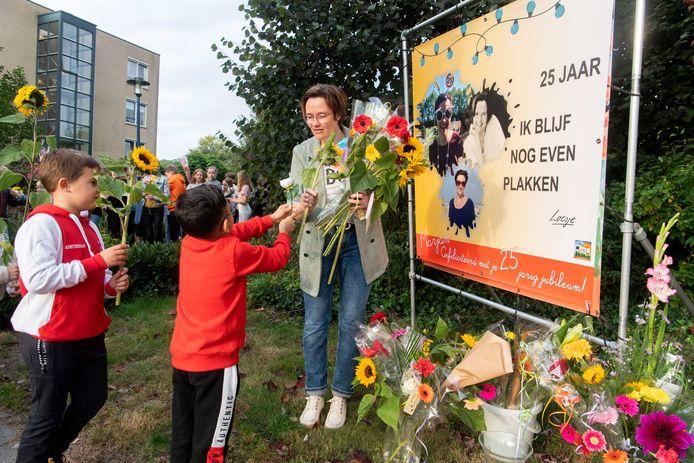 Marjan Wolterink-Boevink werd maandagmorgen vanwege haar onderwijsjubileum in de bloemetjes gezet. Van elk kind kreeg ze een bloem aangereikt.