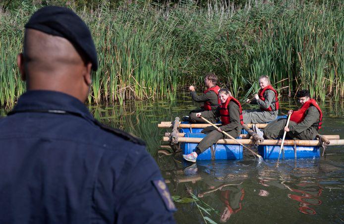 Peddelen op een zelfgebouwd vlot: Nieuwegeinse leerlingen krijgen hun eerste kennismaking met de wereld van Defensie.