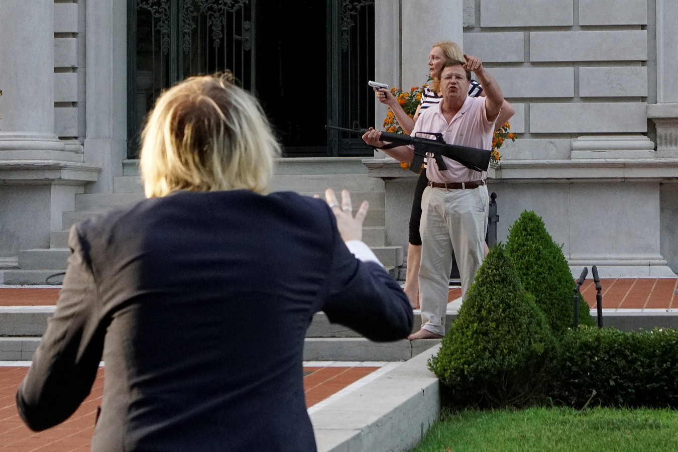 Sur les images, des personnes tentent de calmer les esprits qui s'échauffent et de dissuader le couple de faire usage de ses armes
