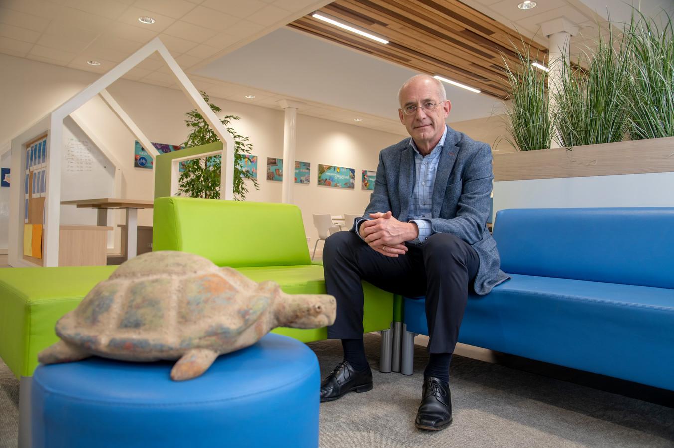 Leo Duifhuizen neemt na veertig jaar afscheid van 'zijn' Christelijk College Groevenbeek.,, Ik ben hier geworteld en onderdeel van de gemeenschap geworden. En dat voelt goed.''