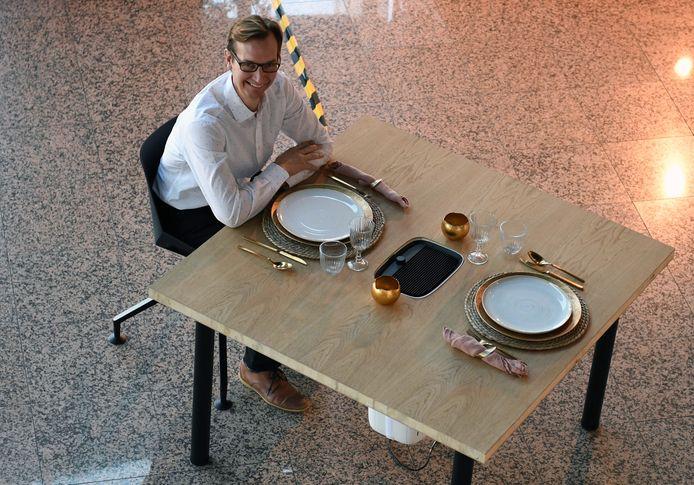 Pascal Mannekens van Bedking in Boortmeerbeek aan de 'coronatafel'.