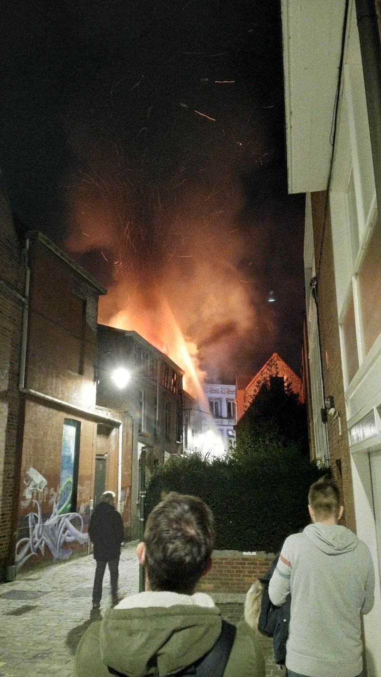 De vlammen sloegen door het dak.