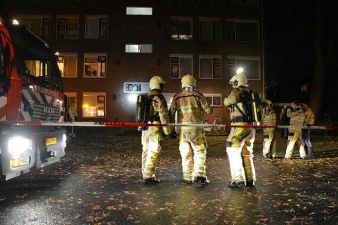 De brandweer had de brand in een flat aan de Bukhorst in Deventer snel onder controle.