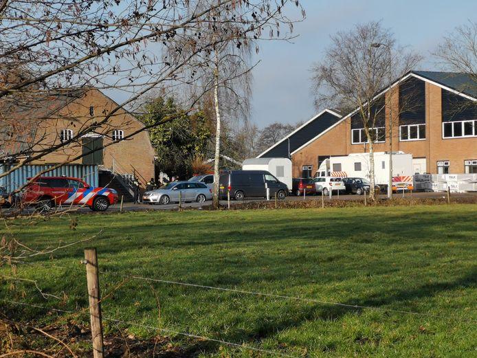 De politie heeft een inval gedaan in een loods aan de Goorsteeg in Lunteren. Er is onder andere een PD-unit (de witte vrachtwagen) met werkplekken opgeroepen.