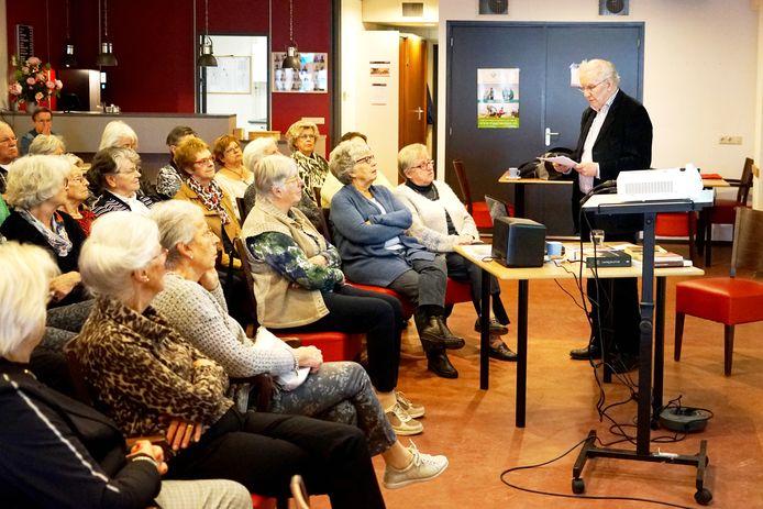 De seniorenverenigingen organiseren ook activiteiten zoals een lezing van de Kunstkring van SVR in De Boodschap in Rijen.