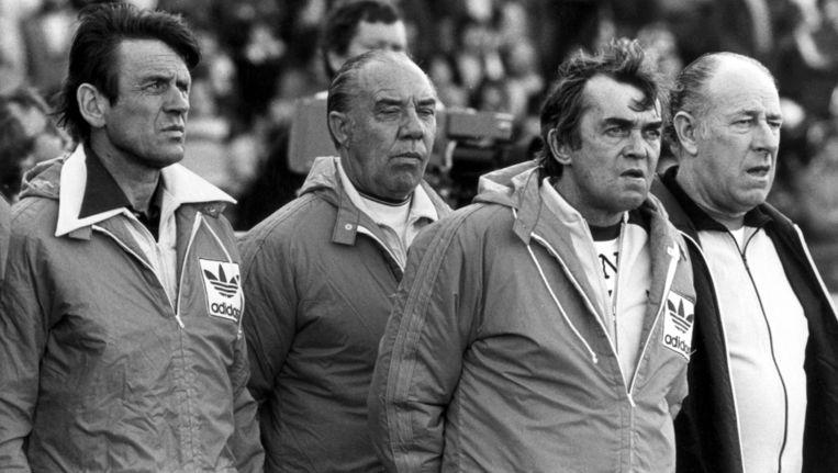 De technische staf van Nederland met v.l.n.r. Jan Zwartkruis, Arie de Vroet, bondscoach Ernst Happel en verzorger Pierre van den Akker tijdens Nederland-West-Duitsland op het WK in Argentinie, Cordoba 18 juni 1978. Beeld ANP