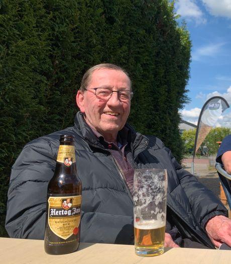 Taaie Hans (73) viel toen hij met pensioen ging in één gat: toen de PTT bij het café aan het graven was