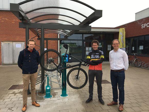 De fietsherstelzuil met gemeenteraadslid Lieven Lippens, Bart Van Steenberghe van wielerclub De Leierenners Zulte en schepen voor mobiliteit en verkeersveiligheid Michaël Vandemeulebroecke.