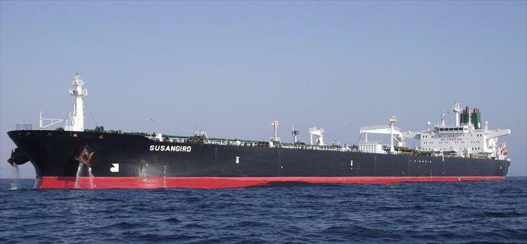 Het schip zou in brand staan en er zou olie in zee stromen. Beeld Twitter