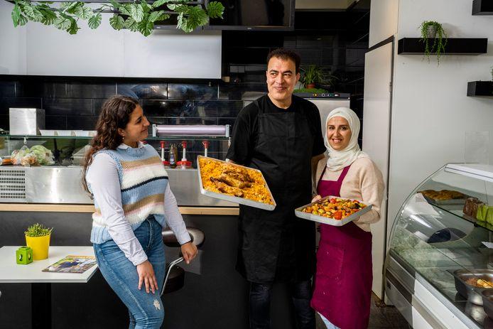 Een nieuw restaurant aan de Dorpsstraat in Zoetermeer - Syrische gerechten uit eigen keuken Maher en Rasha van Zaytoona met hun dochter. Foto: Frank de Roo