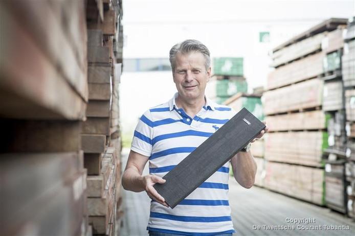 Frans van Rooijen met de 'beschimmelde plank'