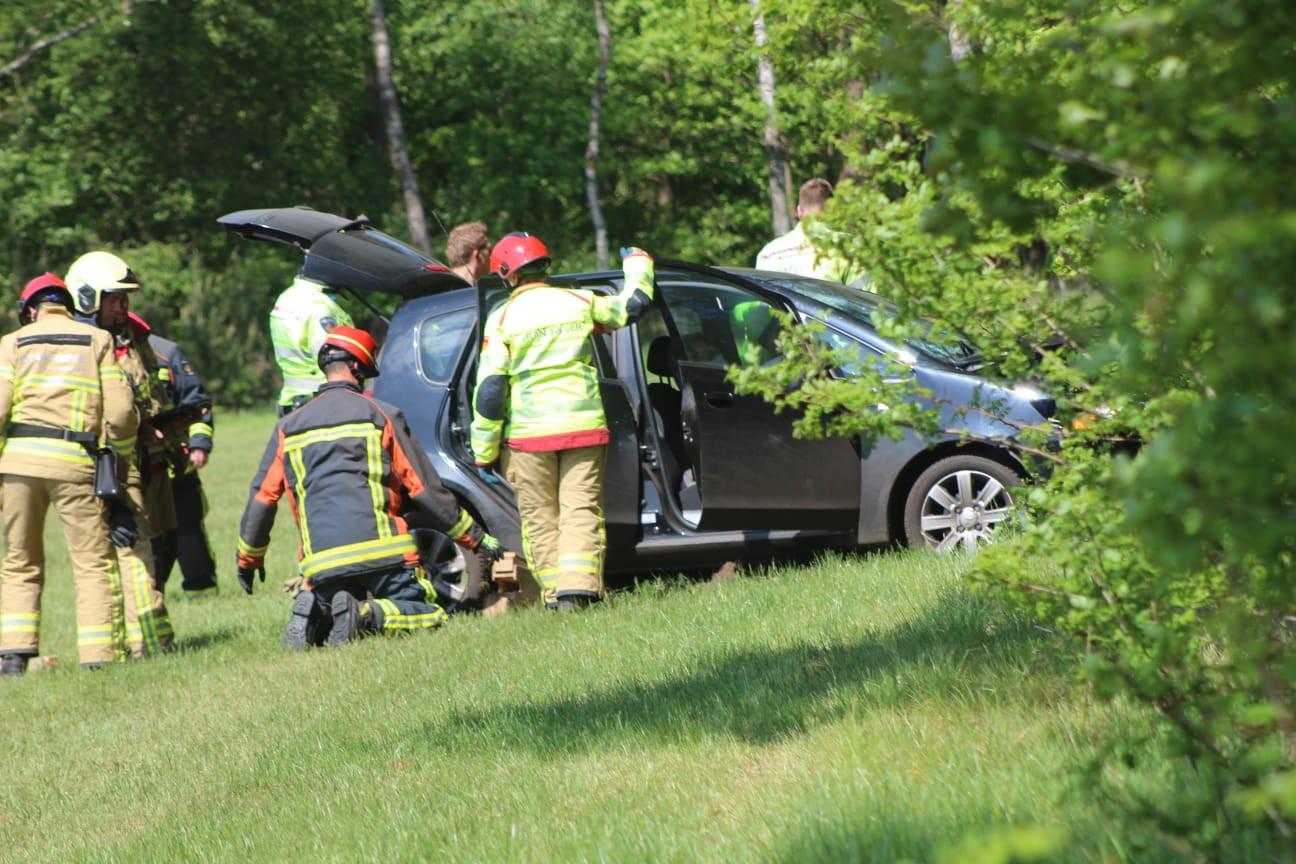 Hulpverleners halen de automobilist uit zijn voertuig