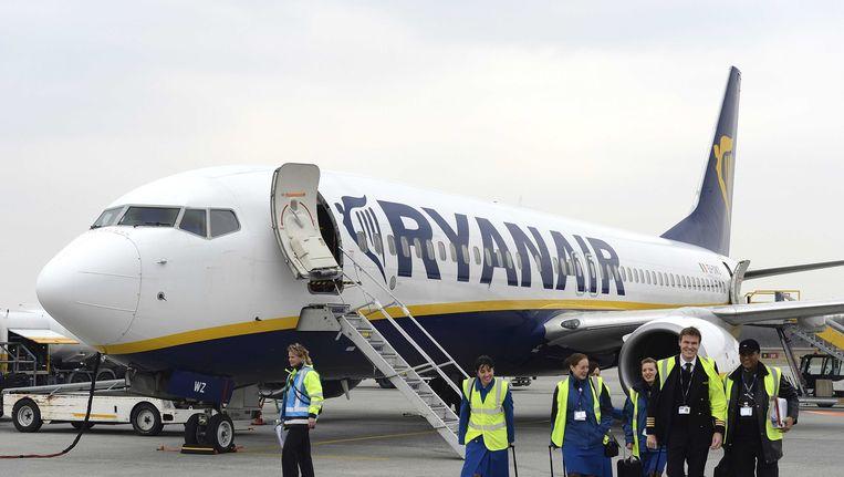Personeel en toestel van Ryanair op Eindhoven Airport.