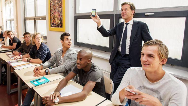 Premier Rutte doet mee aan een digitale quiz tijdens de opening van het nieuwe MBO-studiejaar. Beeld anp