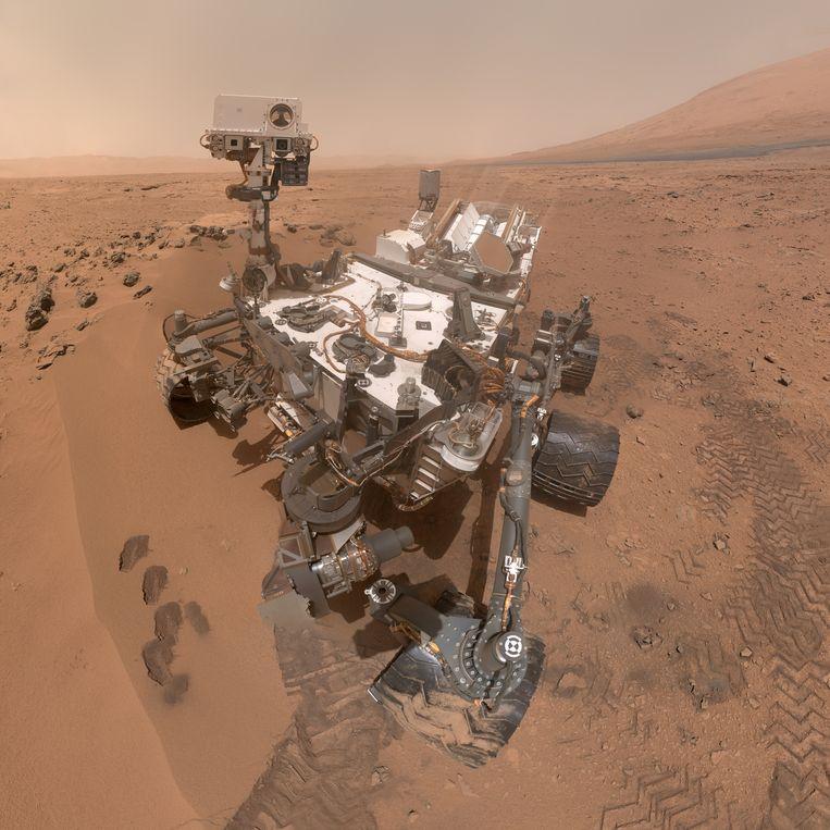 Een selfie van marswagen Curiosity, die in 2012 blinkend aan zijn missie op Mars begint Beeld Nasa