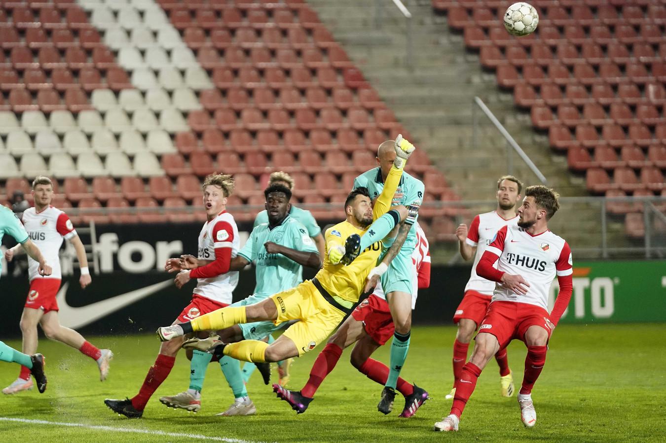 Het been van Sebastian Holmén komt behoorlijk hoog, maar de Zweed vond niet dat hij voor deze actie de gele kaart verdiende.