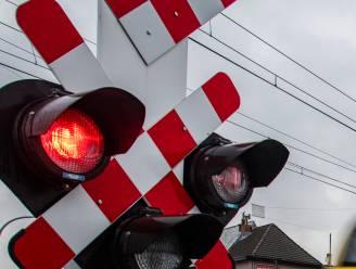 Spoorloper brengt trein- en autoverkeer kort in de war
