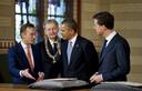 Pijbes, burgemeester Ebenhard van der Laan, de Amerikaanse president Barack Obama en premier Mark Rutte bekijken historische documenten in het Rijksmuseum.
