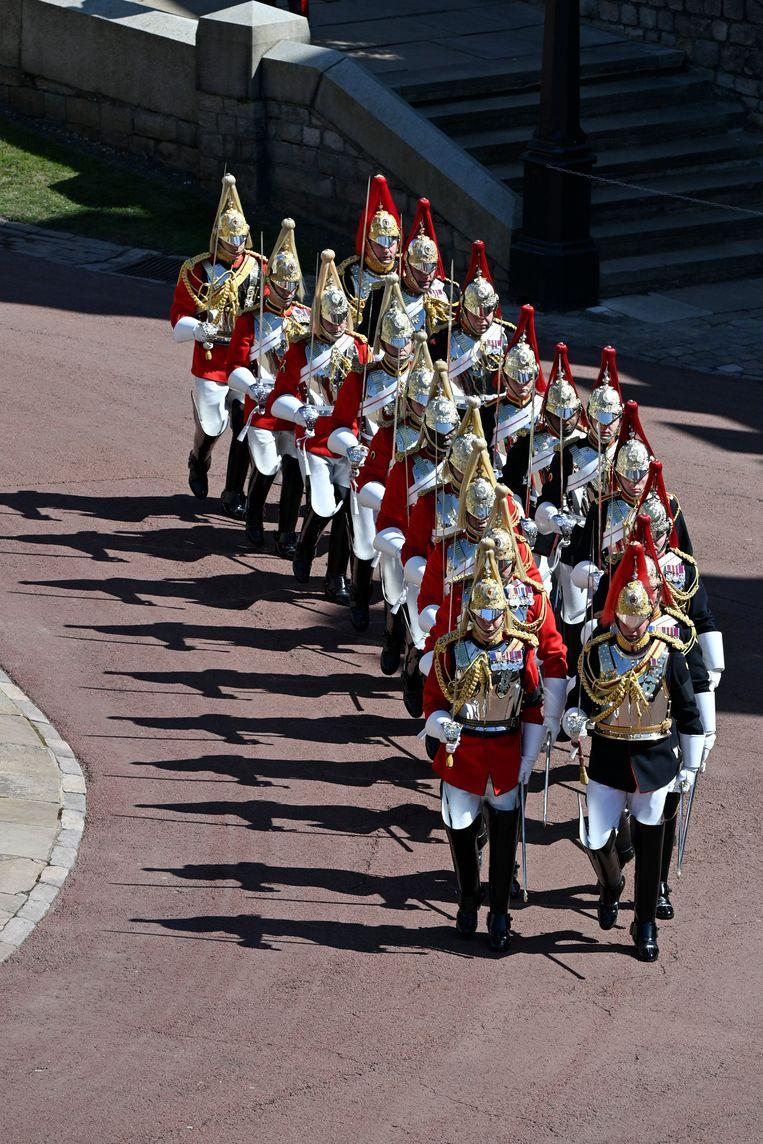 Militair personeel in parade-uniform marcheert voorafgaand aan de begrafenis van de Britse prins Philip in Windsor Castle in Windsor Beeld AP