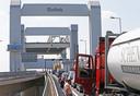 Het Havenbedrijf vreest een nieuwe afsluiting van de Botlekbrug die vanwege onderhoud op de rol staat.