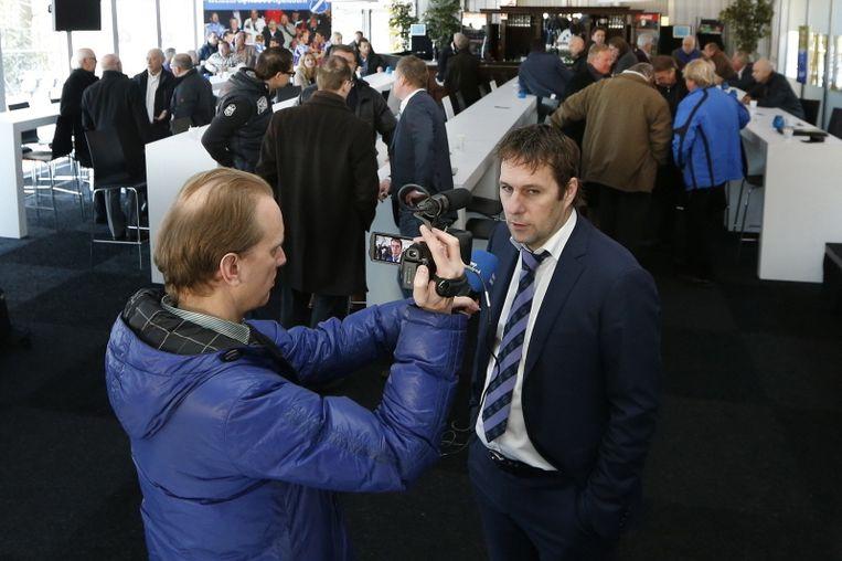 Henk Timmer staat de media te woord. Beeld Pro Shots